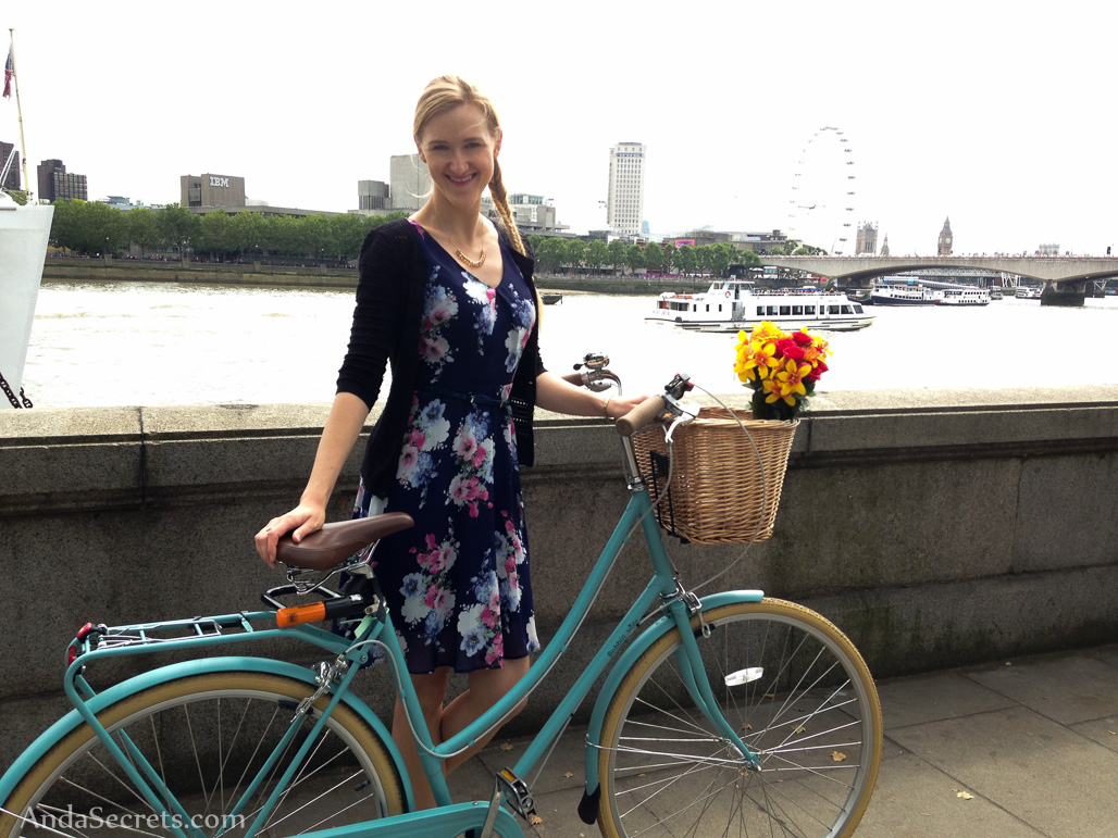 Cycling along Thames with my Bobbin Birdie