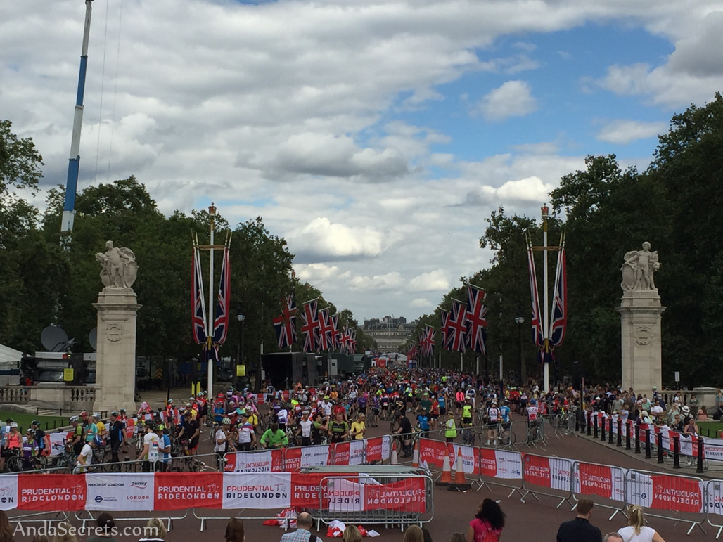 The final stretch of the race is on The Mall from Trafalgar Square towards the Buckingham Palace